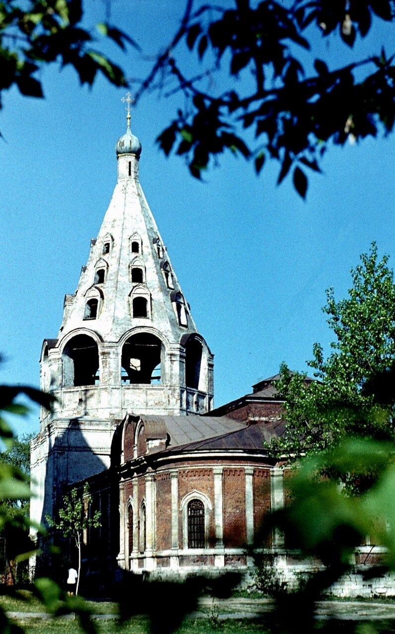 33.  Колокольня  Успенского  собора