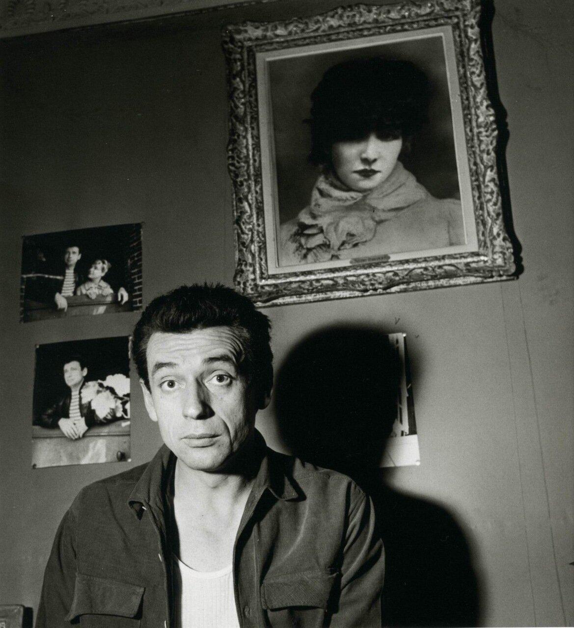 1954. Ив Монтан под портретом Сары Бернар