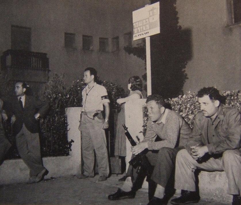1948. Охранники перед зданием музея (бывший дом Меира Дизенгофа)  на бульваре Ротшильда в Тель-Авиве, где была зачитана Декларация Независимости