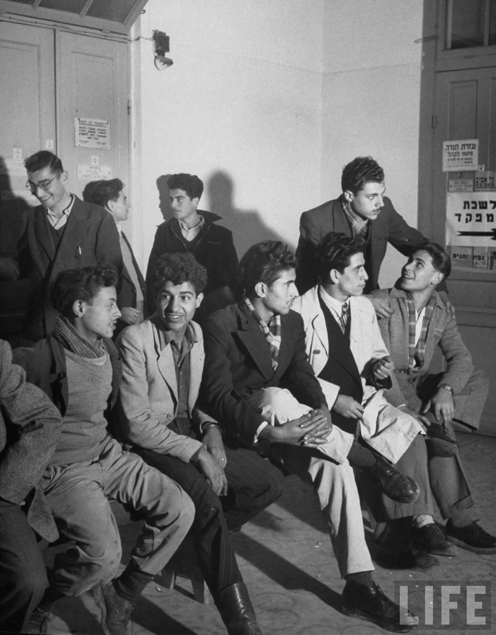 1948. Мальчики в Тель-Авиве на призывном пункте