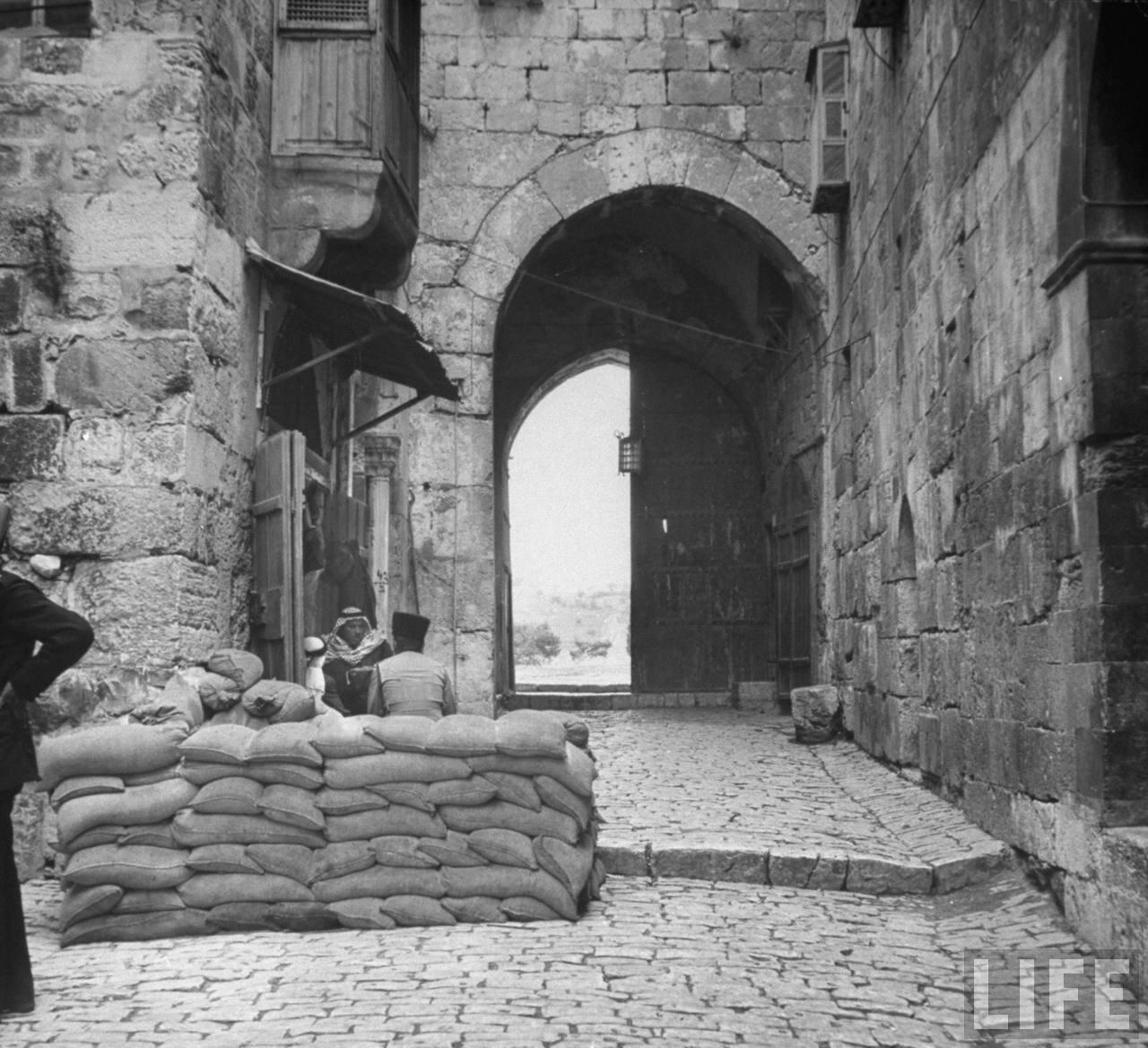 1948. Израильские солдаты сооружают баррикаду