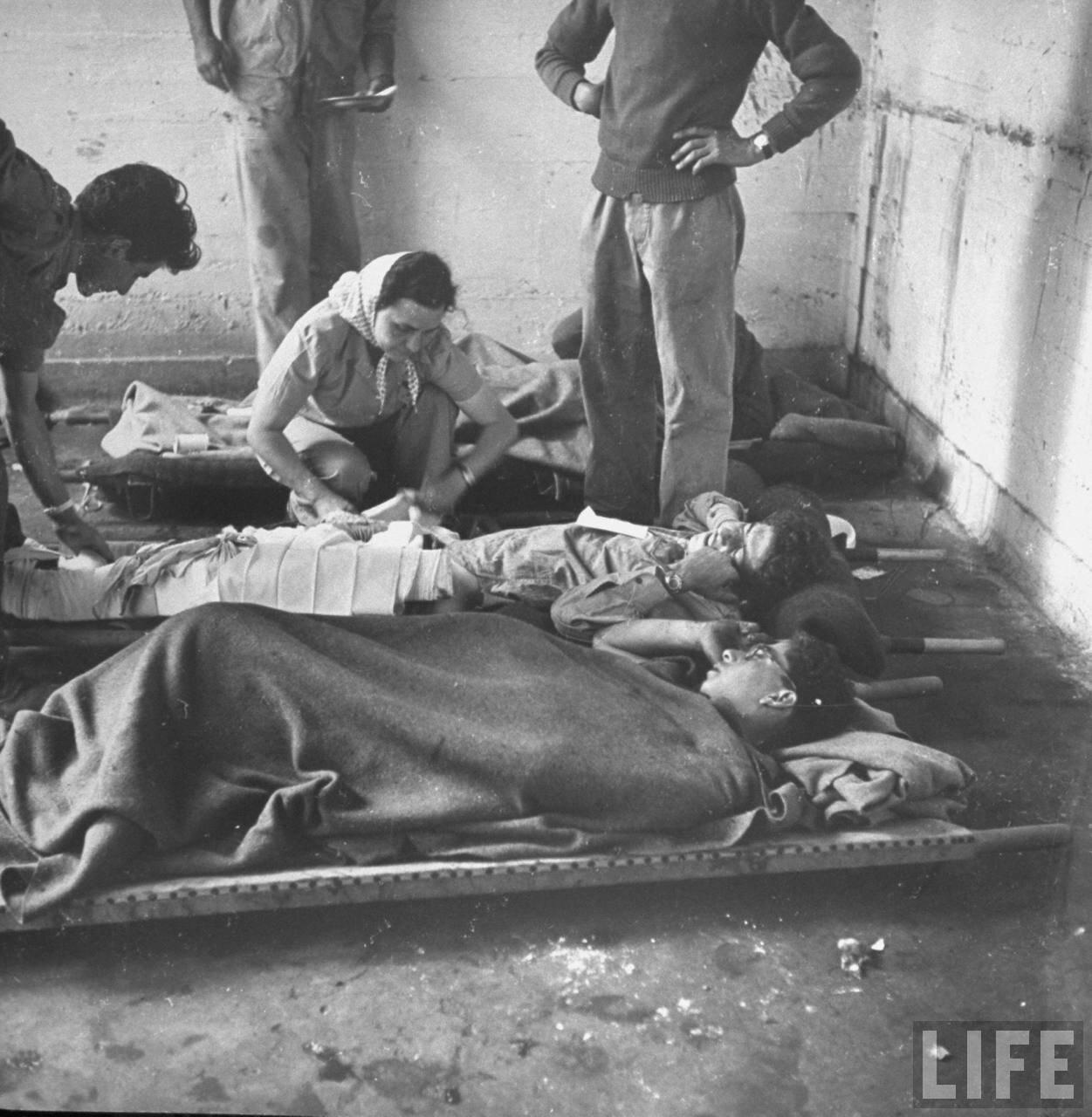 1948. Раненые доставленые на станцию скорой помощи