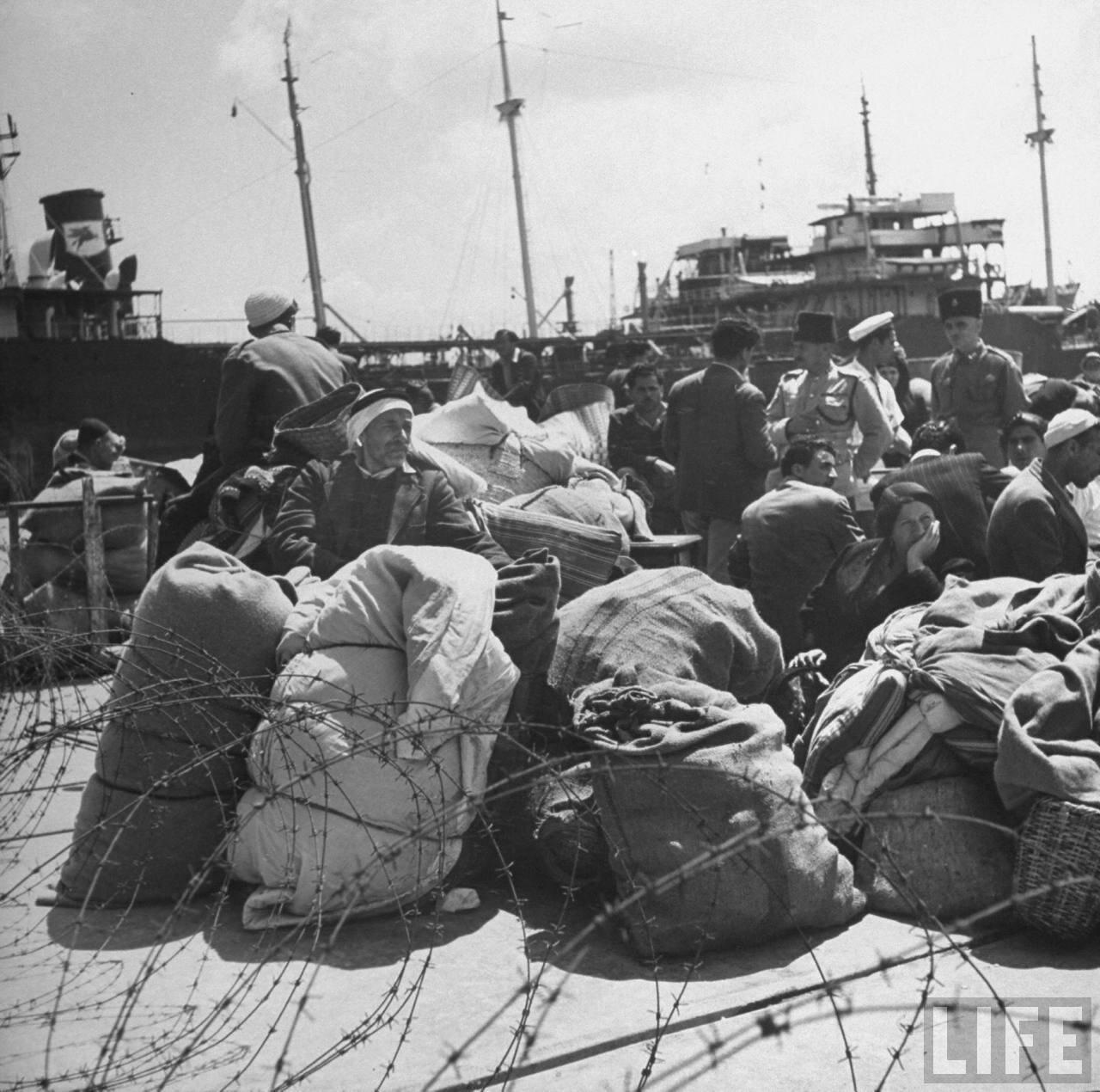 1948. Арабские беженцы в порту Хайфы