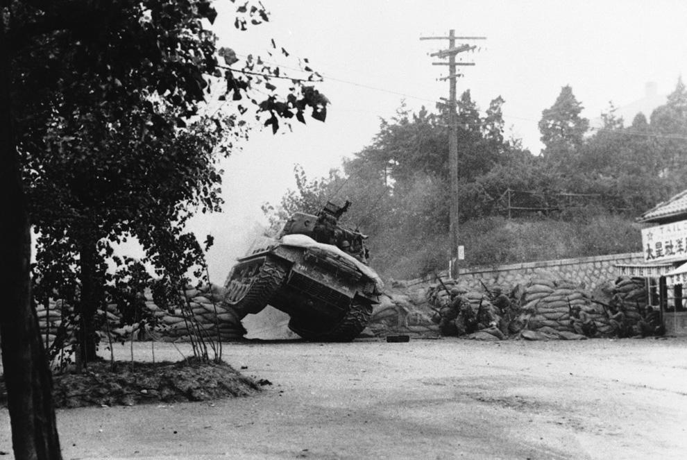 Американский танк проламывается сквозь дорожное заграждение недалеко от Сеула, Южная Корея, 7 октября 1950 года. (AP Photo).jpg