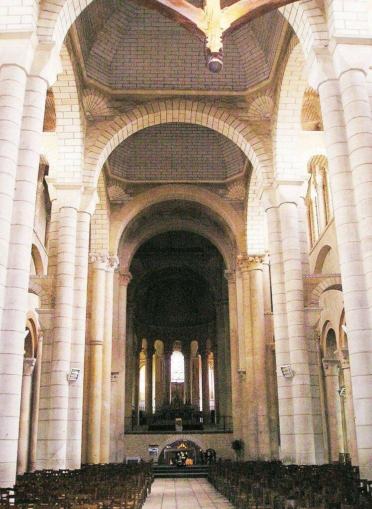 800px-Saint-Hilaire-de-Poitiers_Innen.jpg