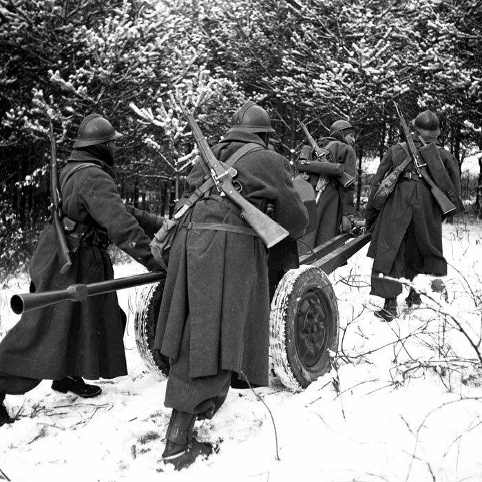 Des Spahis de la 3e BS (Brigade de Spahis) tirent un canon antichar de 25 mm modèle 1934 lors d'un entraînement au tir durant l'hiver 1940 dans les Ardennes. Ils sont armés de mousquetons modèle 1892 M1916.