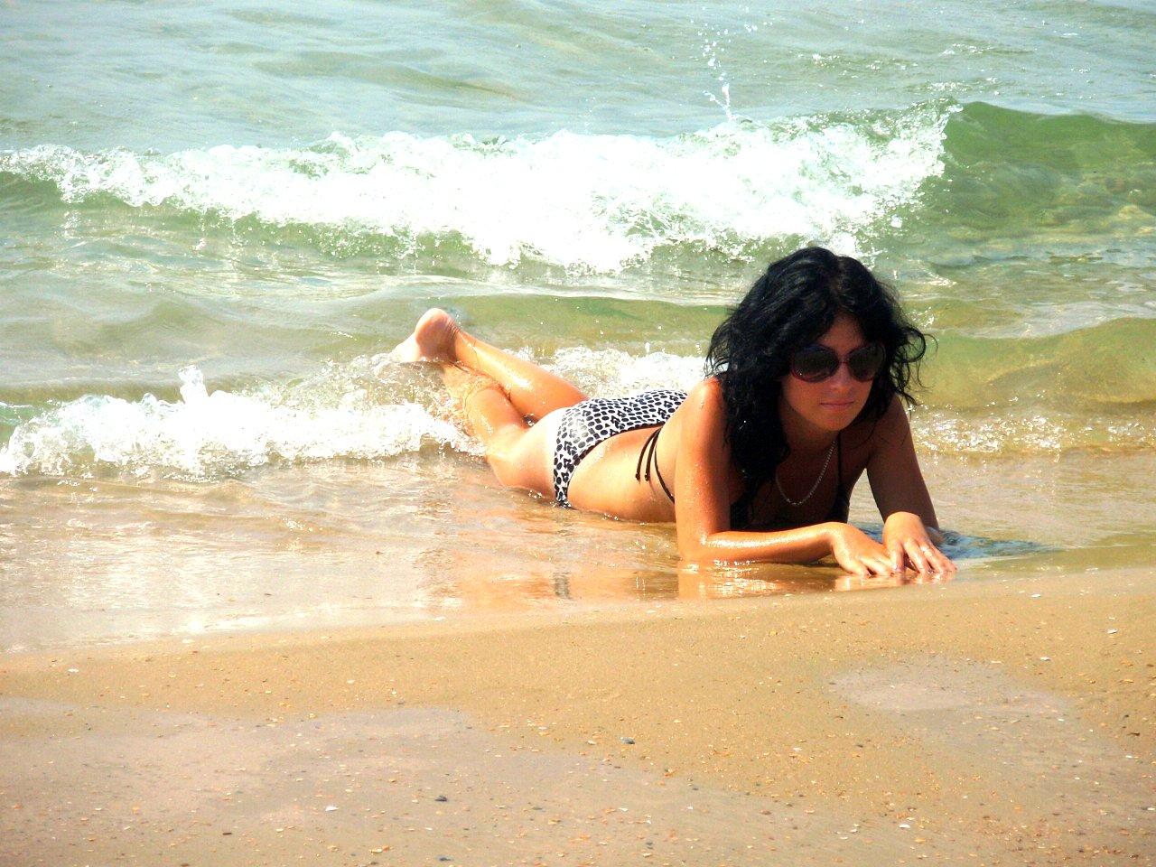 Девчонка в  купальнике среди волн