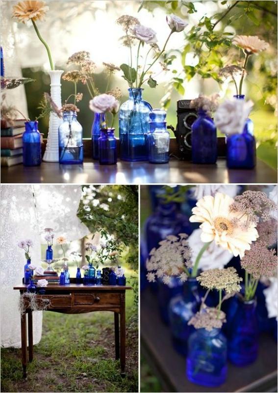 Синие бутылки в интерьере сада