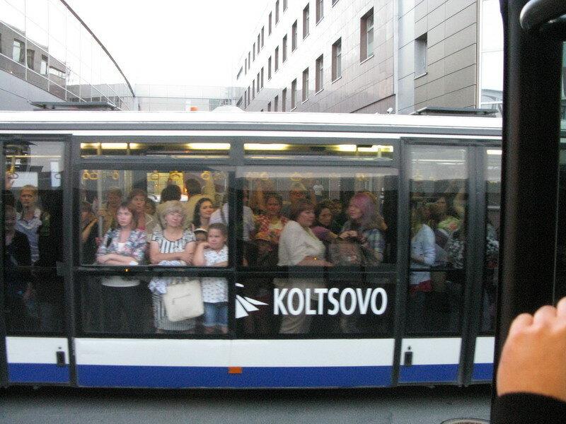 Пассажиры в аэропортовском автобусе.