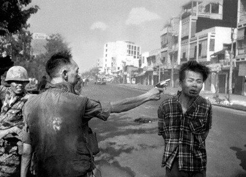 Нгуен Нгок Лоан расстреливает Нгуен Ван Лема