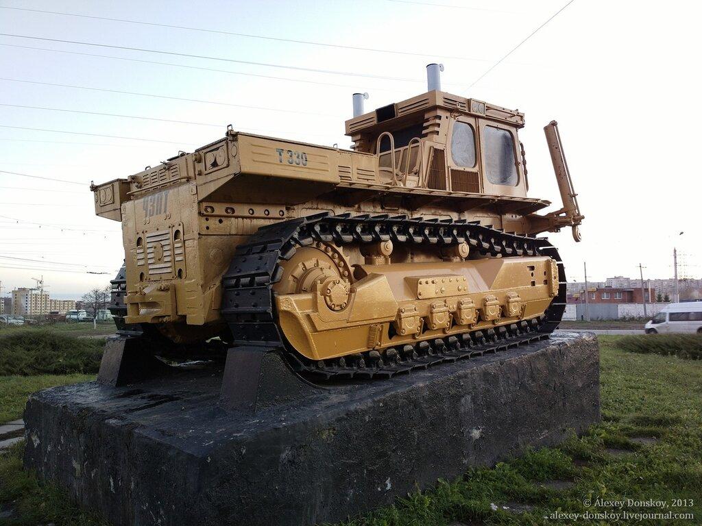Первый трактор Т-330 на постаменте у завода