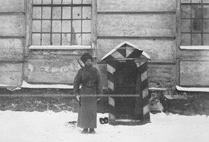 Часовой у казармы 1-ой Уральской его величества казачьей сотни полка .