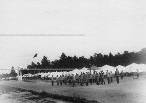 Группа офицеров и солдат у палаток в летнем лагере полка.