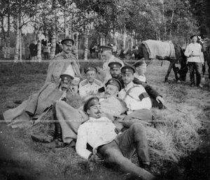 Группа офицеров Конно-гренадерского полка на привале.