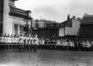 Император Николай II со свитой среди  генералов и офицеров полка  в день полкового праздника.