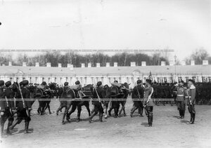 Подразделения проходят мимо принимающего парад императора Николая II.