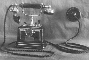 Внешний вид настольного фонического телефонного аппарата с коммутатором и двумя вызывными кнопками.
