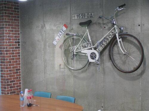 Велосипед на кирпичной стене. Офис provectus-it, Одесса.