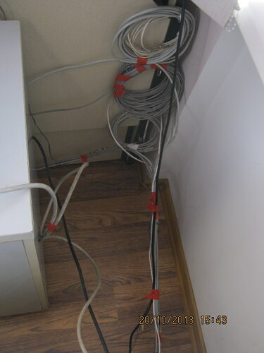 Собрал лишние провода в бухты и подвесил их на стенку стола