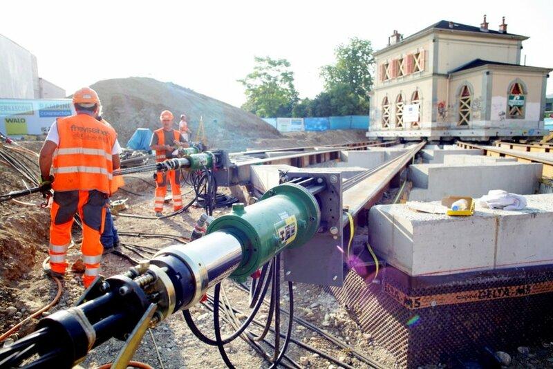 17 июля в городе Шен-Бур, неподалеку от Женевы, инженеры успешно передвинули по рельсам старое здание железнодорожного вокзала ©pascal frautschi