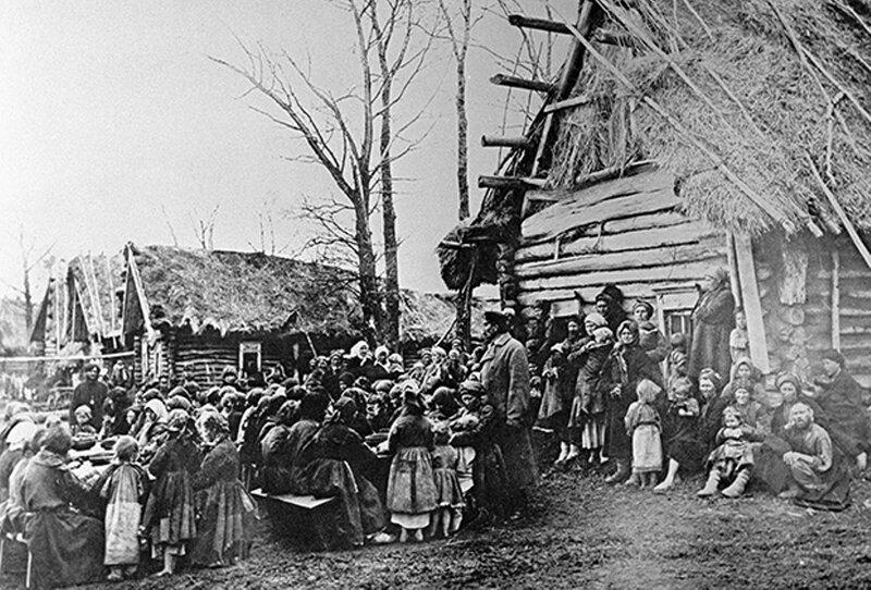Неимущие жители деревни Пралевка обедают в народной столовой, 1892 год.jpg