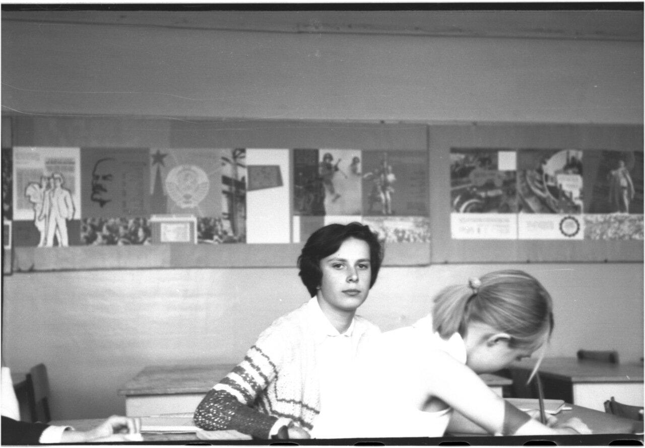 1969-70 класс 8 В   Марина Паламарчук.  Галя Жолдак