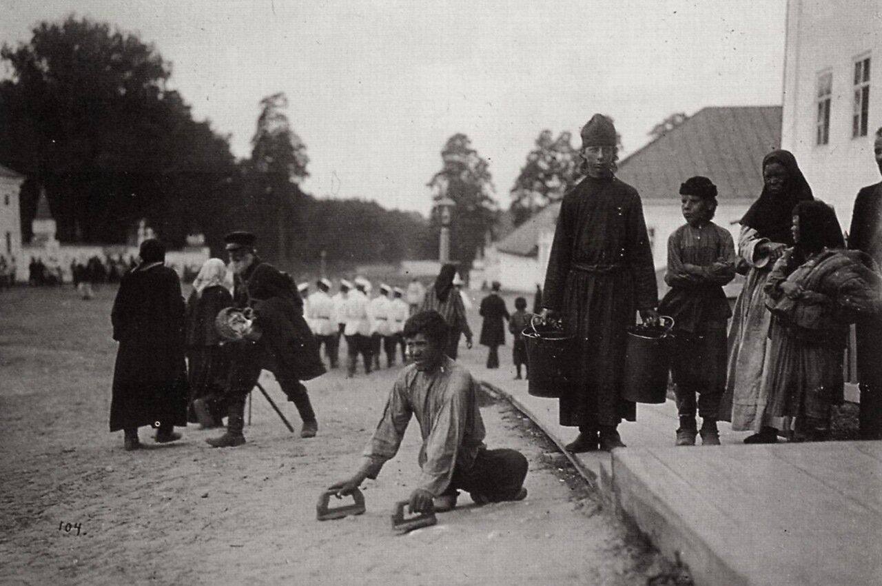 Паломники, пришедшие к монастырю в надежде исцелиться. Саров, 1903