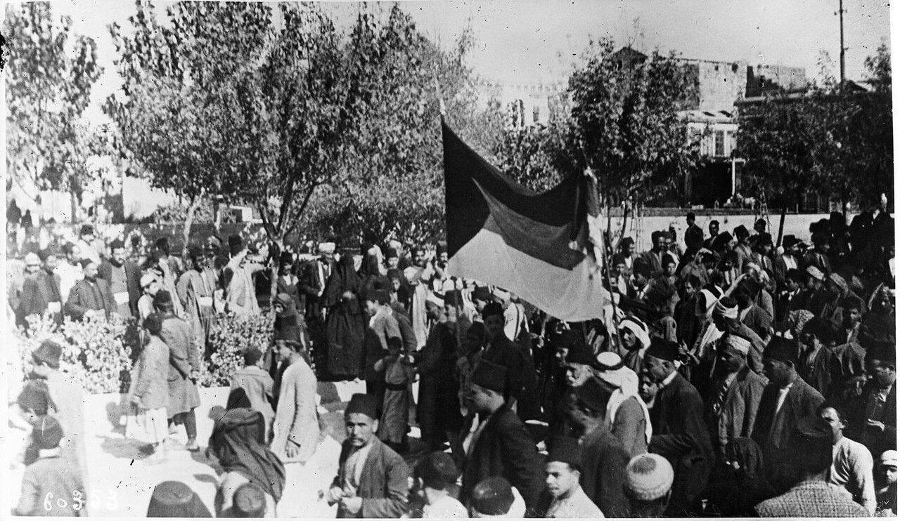 Демонстрация в поддержку независимости Сирии, арабы присоединяются к демонстрантам. 1920