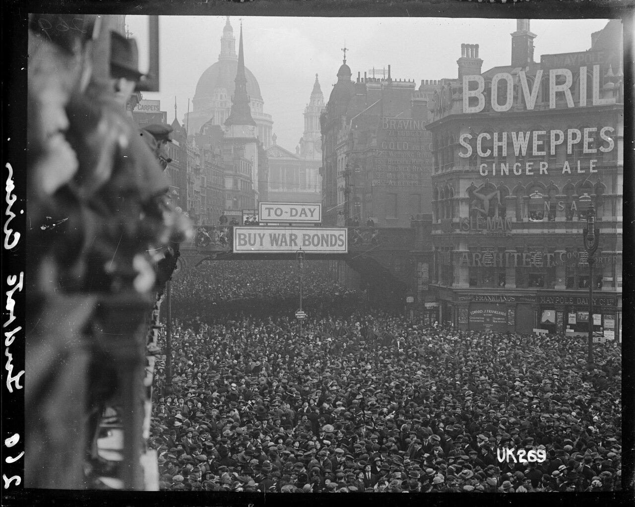 Толпы людей на площади Людгейт в Лондоне