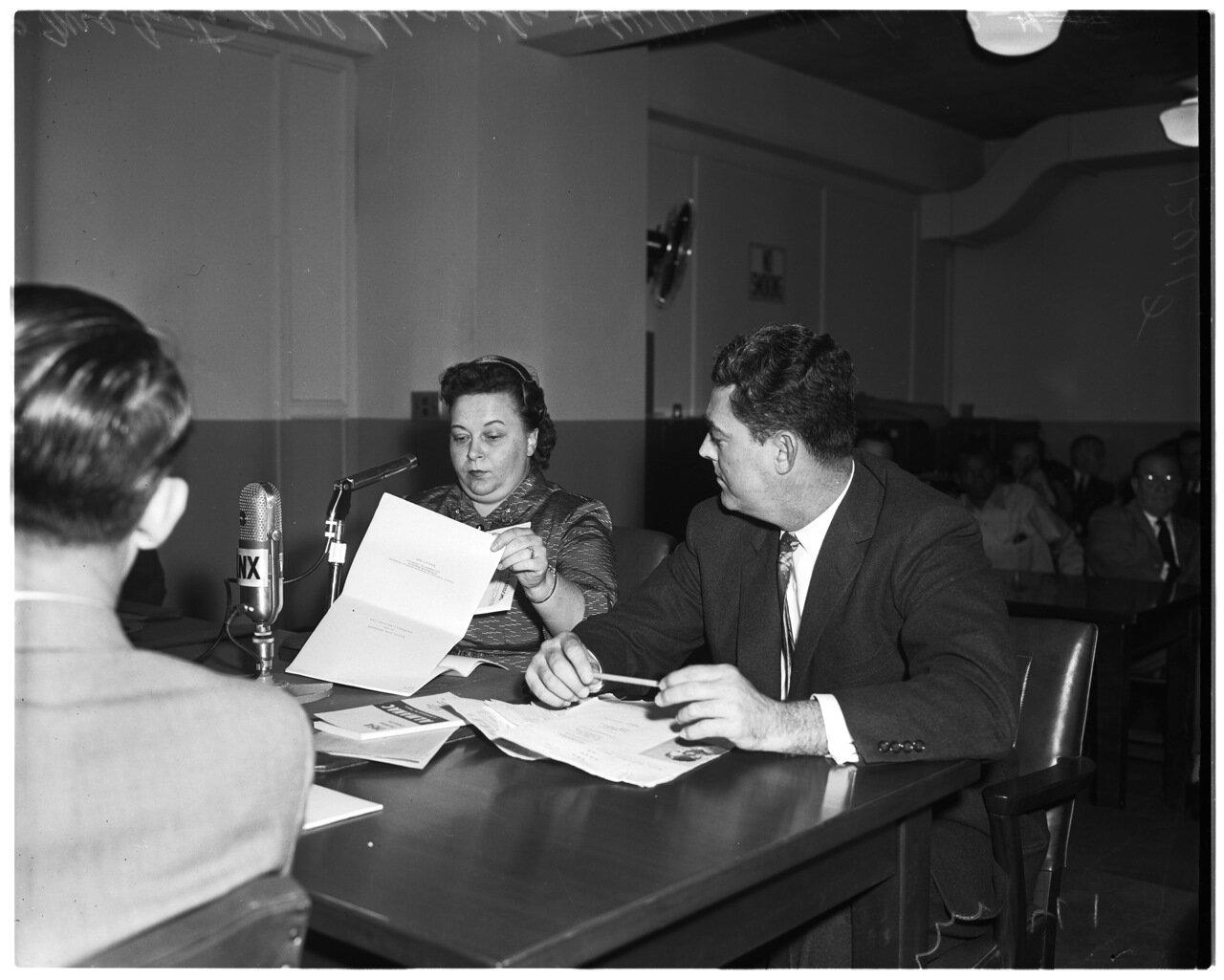 1956 года. 7 декабря. Комиссия по расследованию антиамериканской деятельности. Г-жа Анита Белл Шнайдер идентифицирует газету Коммунистической партии как подрывную литературу Уильяму Уилеру, следователю Комитета