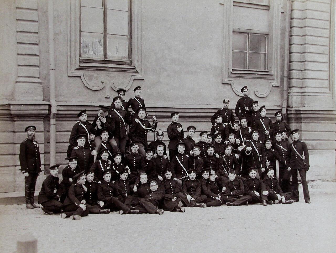 26. Группа воспитанников Пажеского корпуса у здания корпуса
