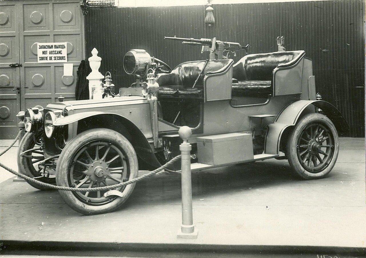 25. Военный автомобиль с установленным на нем пулеметом - экспонат выставки