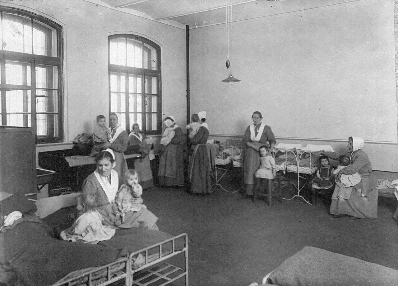 09. Женщины - заключенные с детьми в тюремной камере