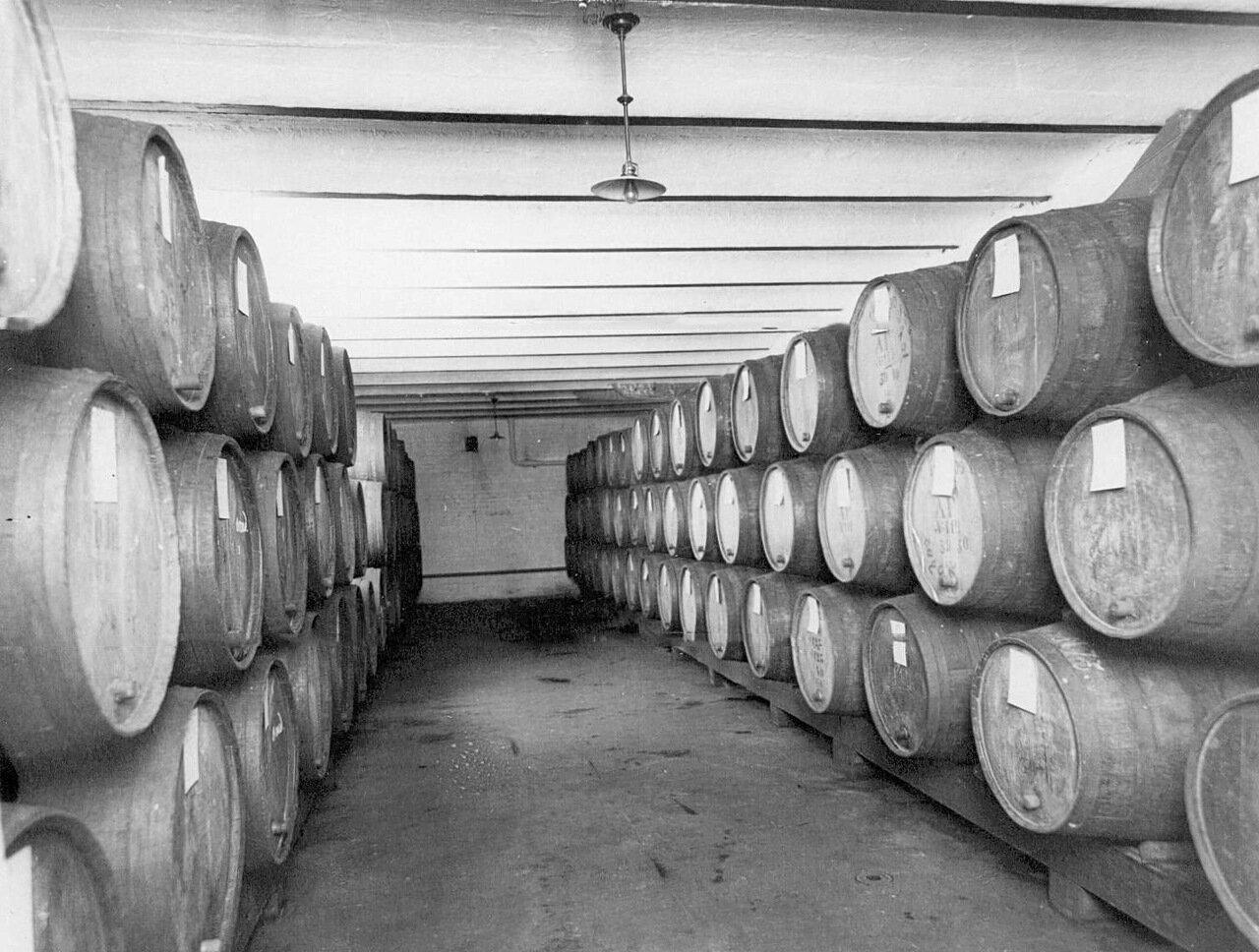 04. Внутренний вид одного из помещений склада винного магазина акционерного общества «Латипак». 1913