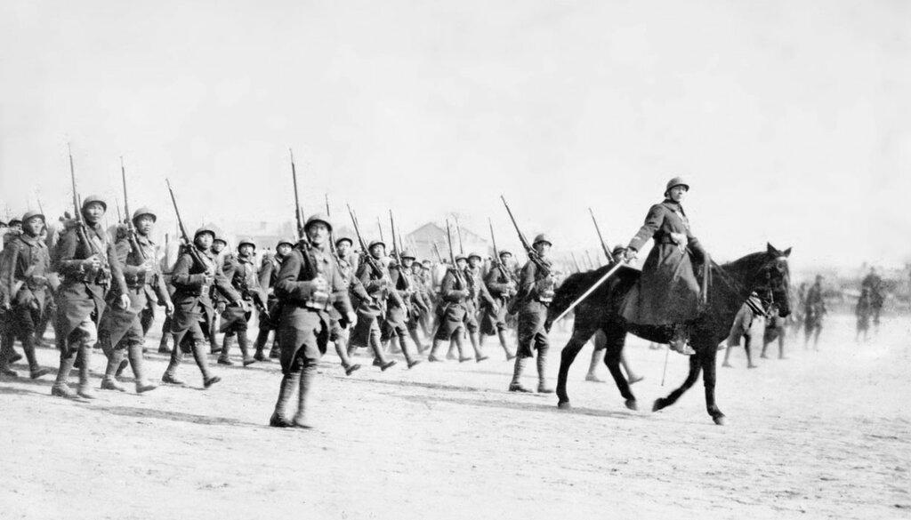 Defile des troupes francaises devant le marechal Joffre a Tien-Tsin.
