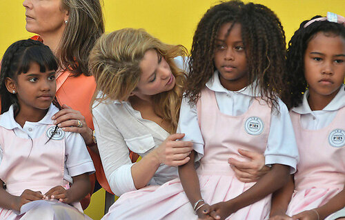 В Колумбии открыла школу певица Шакира