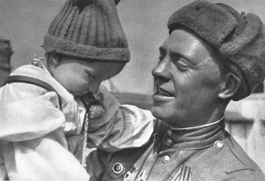 Советский солдат с чешским ребенком на руках. Прага, Чехословакия. Май 1945