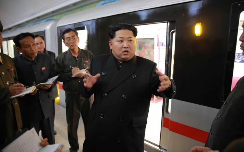 Северокорейский лидер Ким Чен Ын осматривает новый поезд метро и раздаёт советы по улучшению на стан