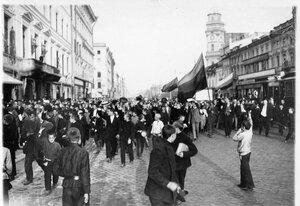 Манифестанты проходят по Невскому проспекту у Екатерининского канала.