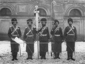 Знаменосцы 1-ой Уральской его величества казачьей сотни со знаменем у здания казармы.