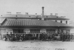Группа солдат за работой у оружейного склада.