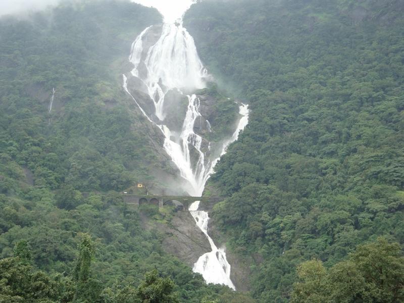 Железная дорога под водопадом Дудхсагар