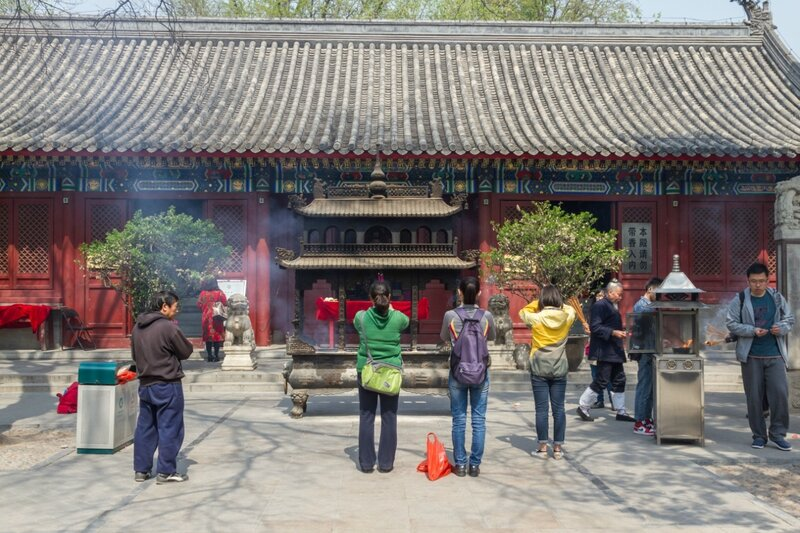 Верующие перед жертвенником и храмом Цю Чанчуня, храм Белого облака, Пекин