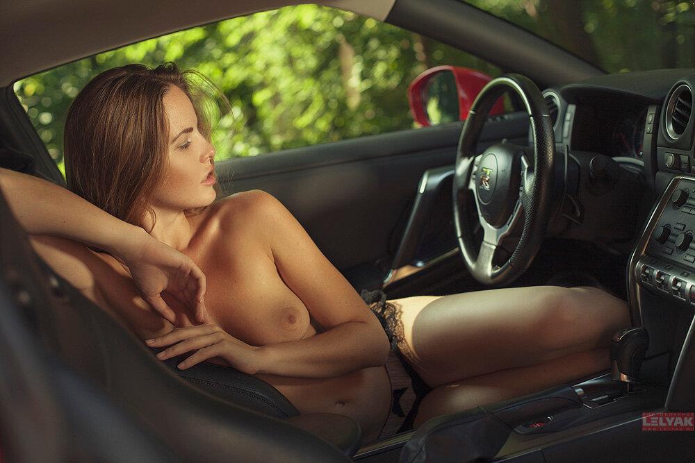 girls-nude-in-car