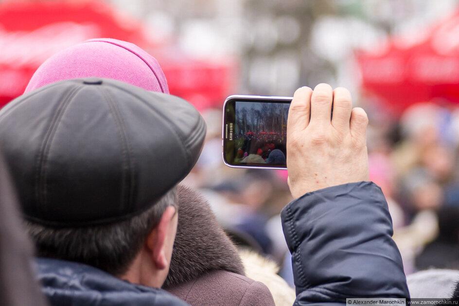 Мужчина снимает видео на телефон