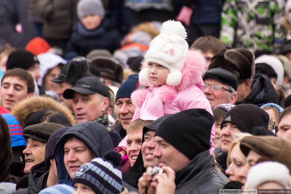 Девочка на плечах у папы в толпе зрителей