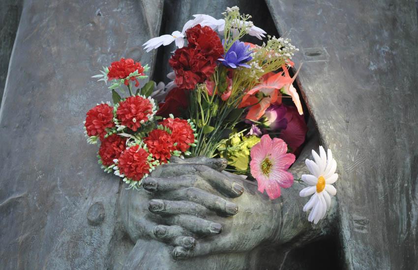 Тотьма. Памятник Рубцову. Цветы.jpg