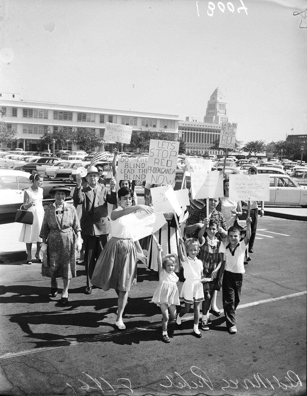 1961. 13 июля. Антикоммунистический пикет перед кинотеатром, где показывают советский фильм.
