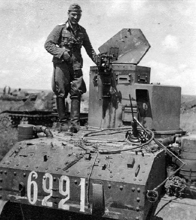 """Немецкий солдат на подбитом танке М3л """"Стюарт"""" из состава 114 тб 23 тк. 1942г."""