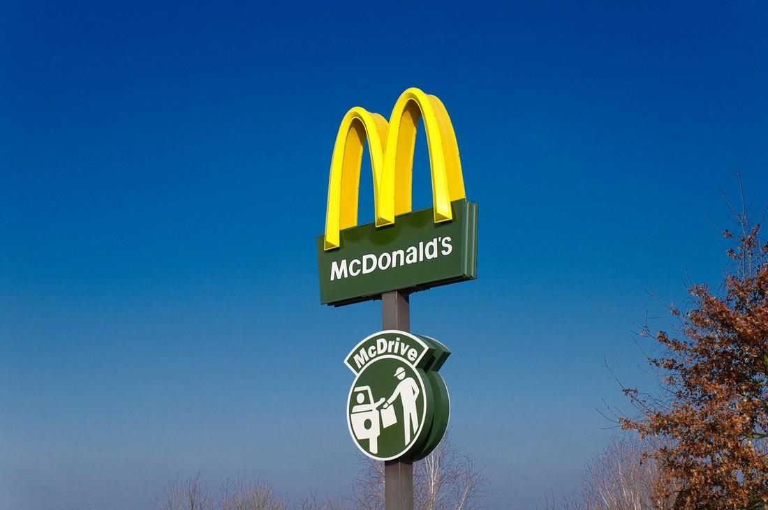 20. Корпоративная политика McDonald's запрещает обслуживать в окне McDrive тех, кто подъезжает верхо